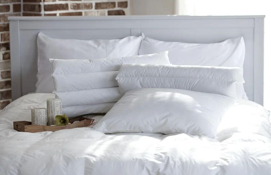 des oreillers sur un lit