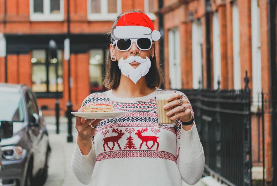 femme avec un joli pull de Noël