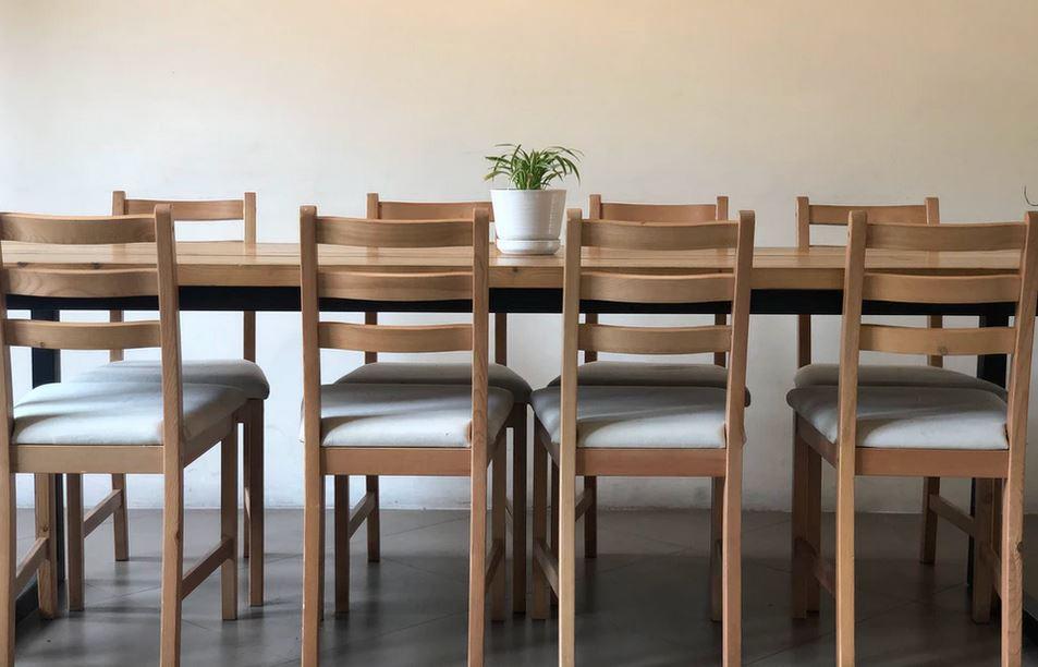 galettes de chaise et table en bois