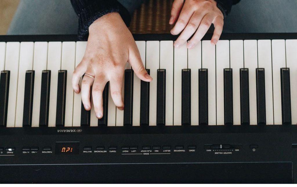 homme jouant sur piano numerique