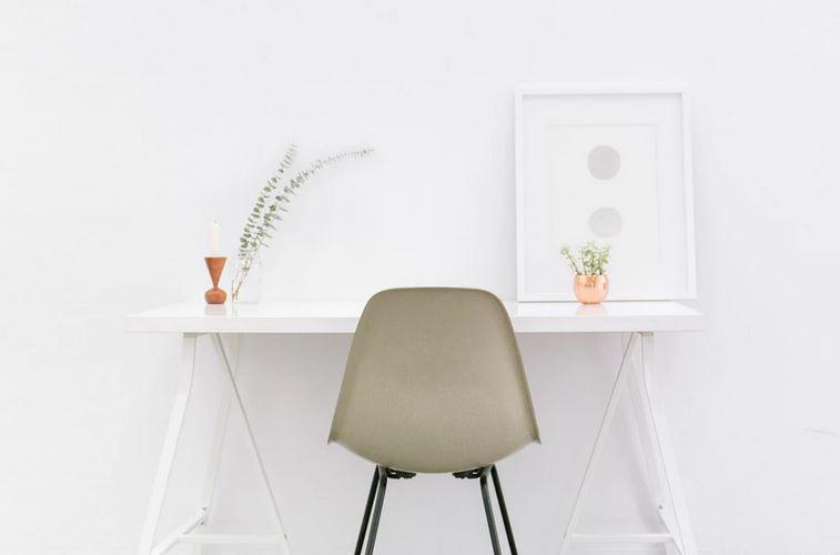 un bureau blanc contre un mur