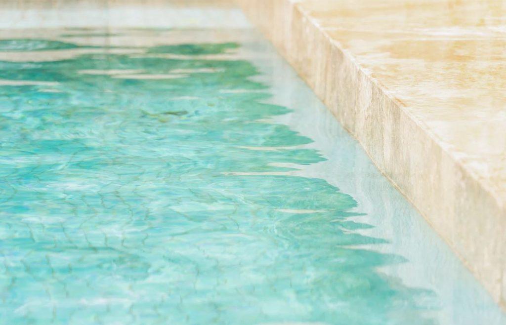 la ligne deau dune piscine et son bord en marbre